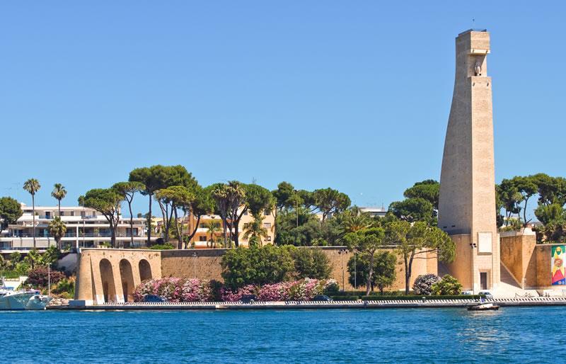 <b>Monument  aux Marins italiens</b><br> <br> La statue, en forme de gouvernail et située sur le port de Brindisi, mesure pas  moins de 53 mètres et a été construite en mémoire des environs 6.000 marins morts  pendant la Première Guerre Mondiale.