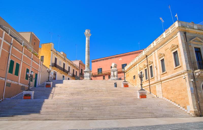 <b>Colonne Romane</b><br> <br>Il monumento si trova presso il porto brindisino ed è un emblema della città. Costruito durante il 1500, inizialmente le 2 colonne erano identiche, ma poi una crollò, lasciando il monumento mutilo.