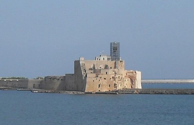 <b>Château Alfonsino</b><br> <br> Cette structure, née dans le but de se défendre, occupe le promontoire au sud de la ville. Le fort est relié au continent par une digue et a été construit au XV siècle.
